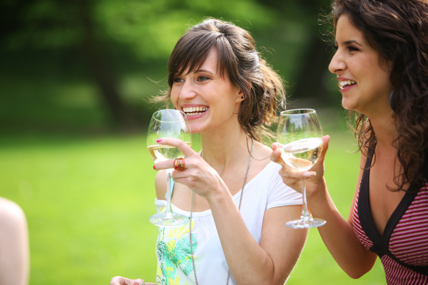 Girls-talking-with-wine